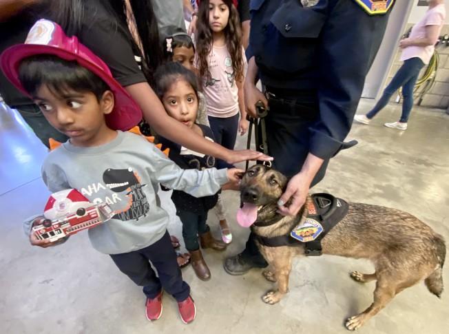 搜救犬帝瑟爾與小朋友。(記者尚穎/攝影)
