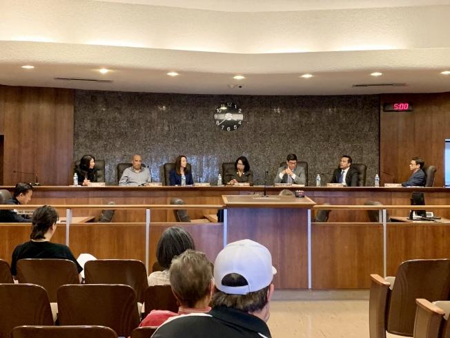 阿罕布拉市7日舉行特別市議會,研議市議員黃幼平的請假請求。(記者陳開/攝影)