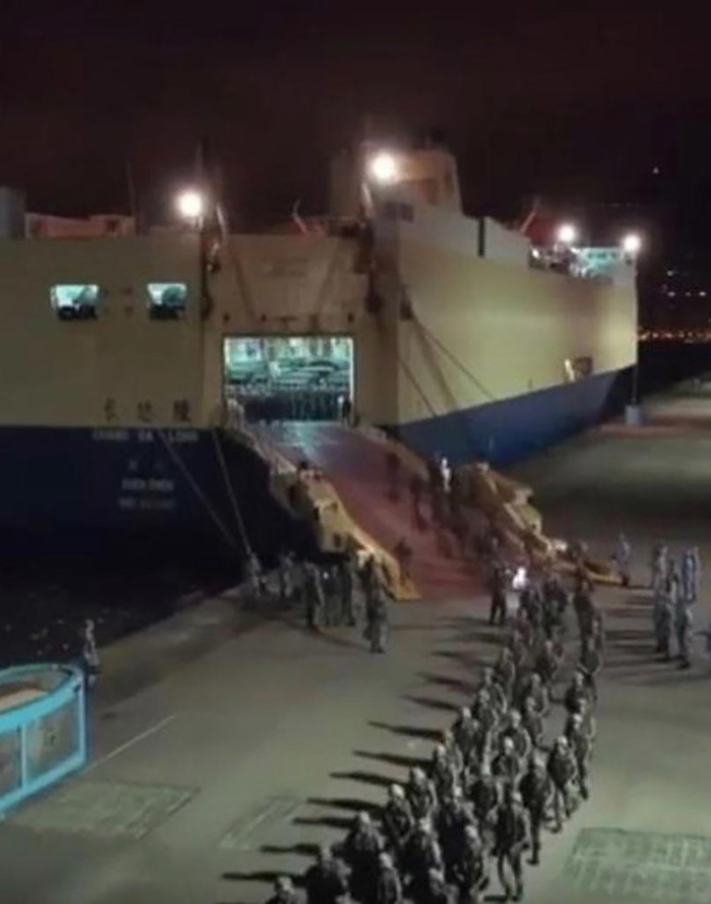 國際軍事專家透露,駐港解放軍部隊9月底換防時,在未通知港方下運來大批解放軍和卡車。(中央社)
