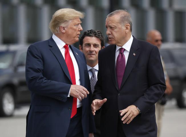 川普總總7日警告土耳其總統危多安不要輕舉妄動,攻擊庫德族,否則會遭到美國的嚴重經濟報復。圖為兩人去年在北約會議上的會談。(美聯社)