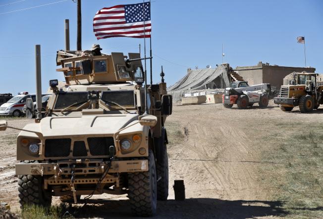 川普總統7日宣布美軍即日自敘利亞撤軍,引發各界批評背信。圖為駐守在北敘利亞的美軍。(美聯社)