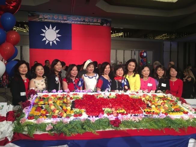南加僑領與雙十國慶大蛋糕合影。(記者謝雨珊╱攝影)