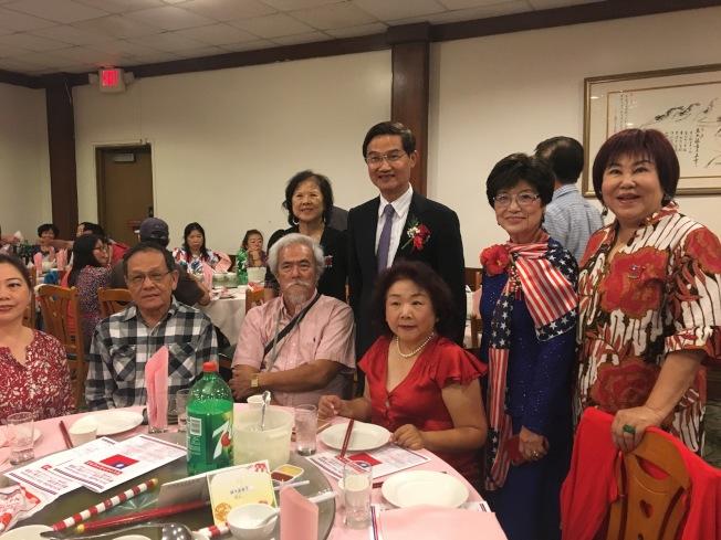 羅省中華會館在金龍酒家舉辦慶祝中華民國雙十國慶晚宴。駐洛杉磯台北經文處處長朱文祥(後右三)與部分出席者合影。(記者啟鉻╱攝影)