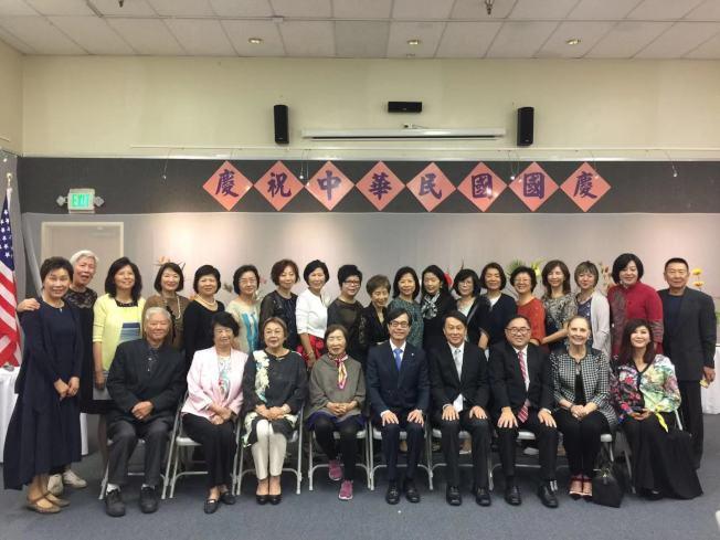為慶祝中華民國雙十國慶,池坊洛杉磯支部日前在洛杉磯華僑文教服務中心舉辦「陳瑞麗師生花展」。(圖:李慶雯提供)