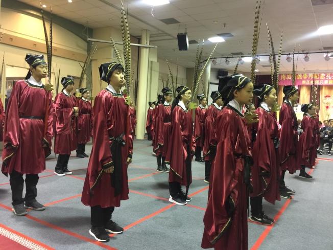 36位青年表演「六佾舞」,穿上漢式禮服體驗祭孔禮儀。(圖:讀者提供)