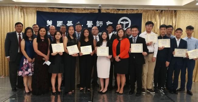 美国华人医师会和孟昭文(前排左七)为第三届青少年科技竞赛获奖者颁奖。(华人医师会提供)