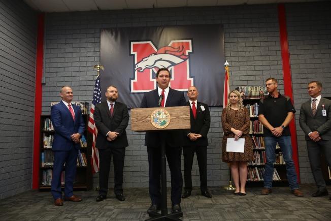州長德桑提斯宣布提高佛州公校教師起薪的提議。(州長辦公室提供)