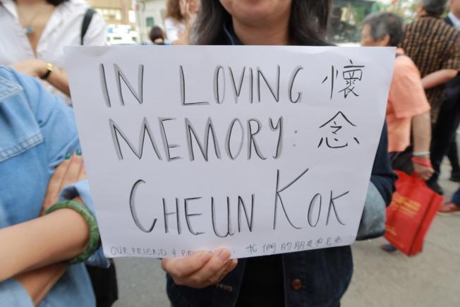 李曼彤手持悼念标语到现场追思郭昌。(记者张晨/摄影)