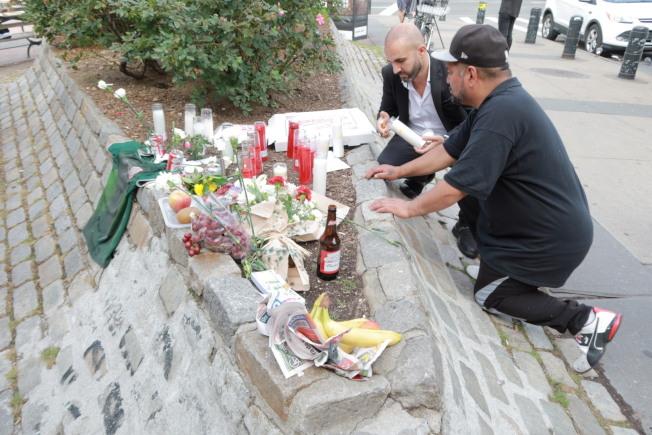民众为四名遇难者送上鲜花和祭品。(记者张晨/摄影)