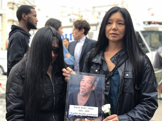 伍丽卿(右)和金姓华女手持郭昌的相片参加悼念活动 。(记者张晨/摄影)