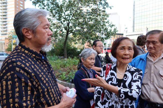 陳家齡(前排左一)與伍寶玲(前排左二)為遇難者的後事擔憂。(記者張晨/攝影)
