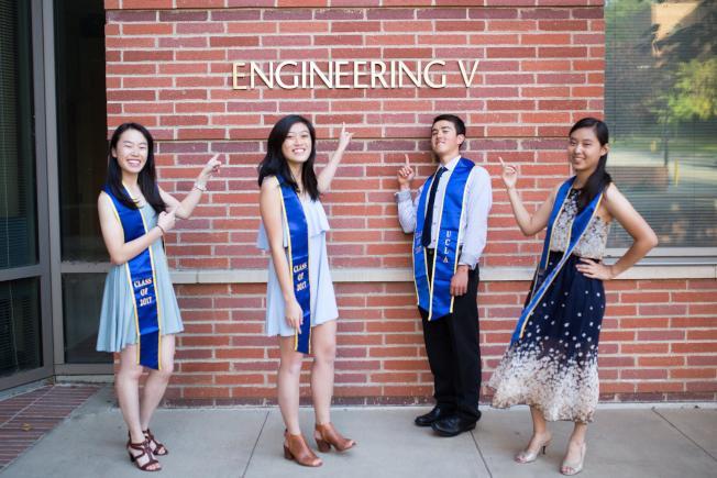 彭子恬(左一)和洛加大2017屆榮譽生校友在工程學院樓前留下倩影。(彭子恬提供)