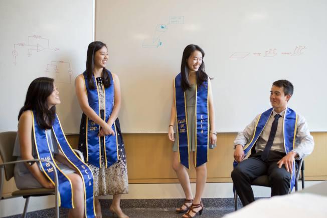 彭子恬(右二)和洛加大2017屆榮譽生校友快樂交談。(彭子恬提供)