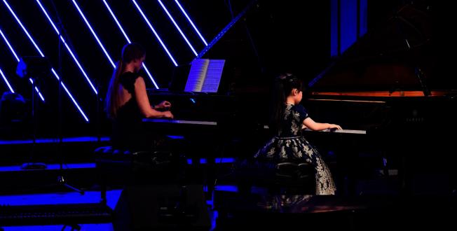黃以欣(右)與鋼琴老師Ann Thorsen(左)雙琴合奏之一。(Patrick Wong攝影)
