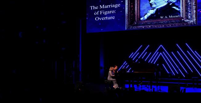 兩位鋼琴老師Heidi Larson(前)、Ann Thorsen(後)四手聯彈。(Patrick Wong攝影)