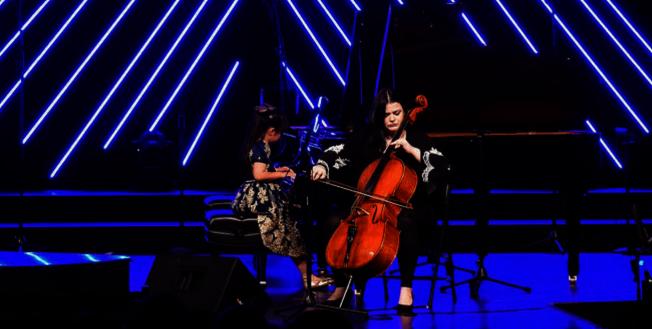 黃以欣(左)與Oksana Pankiv(右)大提琴二重奏The Swan。(Patrick Wong攝影)