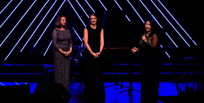 黃以欣的媽媽王蔚蔚(右)頒發感謝獎牌給兩位鋼琴老師Heidi Larson(左)、Ann Thorsen(右)。(Patrick Wong攝影)