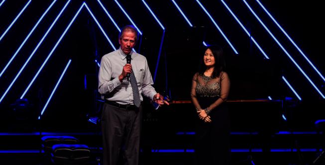 黃以欣的媽媽王蔚蔚(右)頒發感謝獎牌給贊助音樂會鋼琴的鋼琴經銷商,40年專業音樂人BillL Strahl稱讚黃以欣的音樂有內涵,感情飽滿。(Patrick Wong攝影)