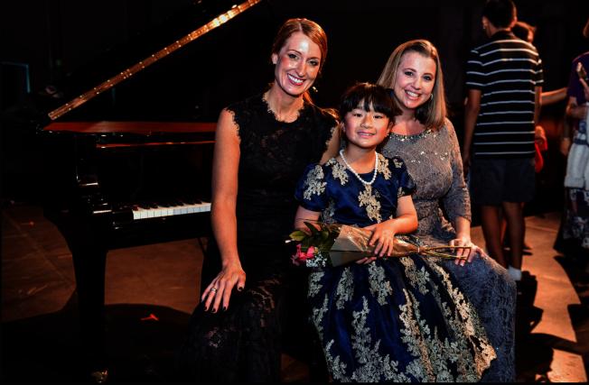 黃以欣(中)和他的音樂老師Ann Thorsen(左)、Heidi Larson(右)合影。(Patrick Wong攝影)