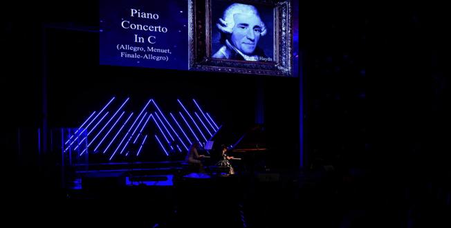 黃以欣(右)與鋼琴老師Heidi Larson雙琴合奏之一。(Patrick Wong攝影)