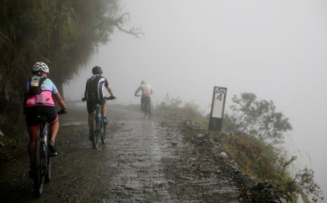 「死亡公路」上更有濃霧、下雨和落石等危險。(路透)