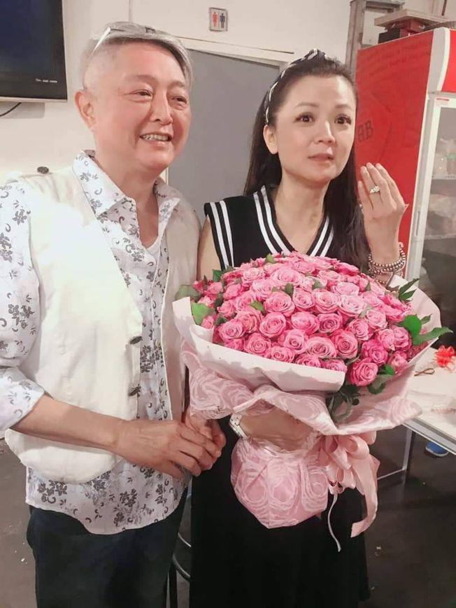 李國超(左)向高欣欣求婚成功。(取材自臉書)