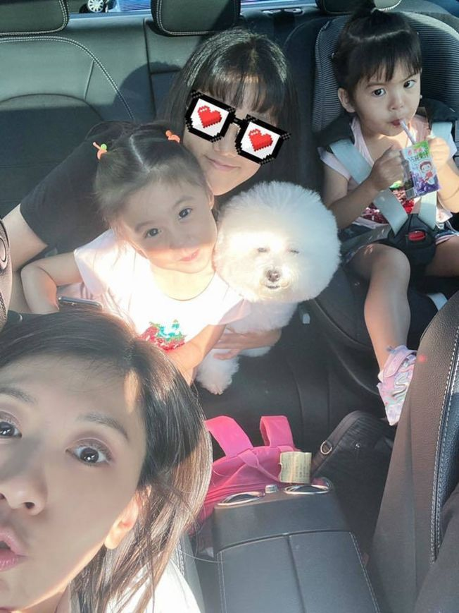賈靜雯與3個女兒。(取材自臉書)