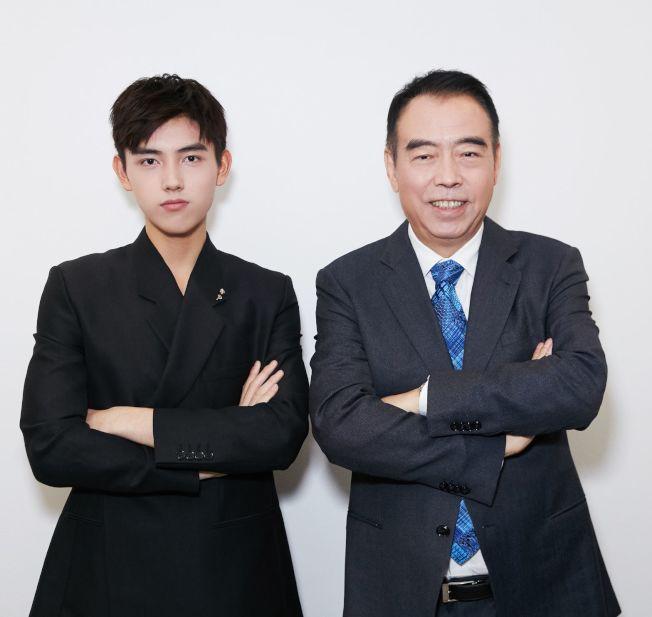 身為著名導演陳凱歌(右)的兒子,陳飛宇(左)總會吸引來更多的關注。(取材自微博)