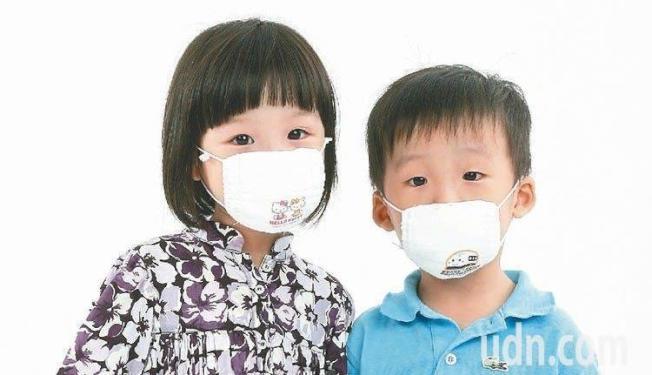 加州公共衛生局呼籲家長,不要給孩童購買成人尺寸的口罩,因可能阻礙呼吸。本報資料照片