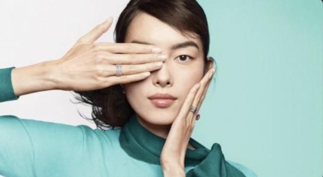 美國珠寶飾品公司蒂芙尼廣告,不敵中國網民怒轟而下架。(圖/翻攝自微博)