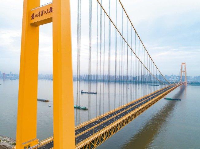 中國長江上首座雙層公路大橋—武漢楊泗港長江大橋,8日正式投入使用。(新華社)