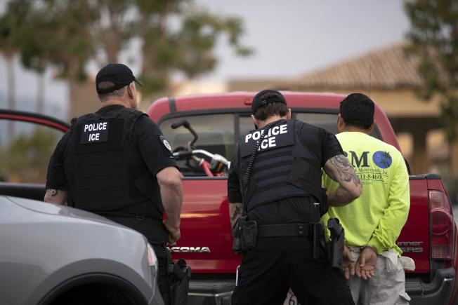 聯邦移民及海關執法局人員在南加州聖地牙哥縣美墨邊界附近逮捕一名無證移民。(美聯社)