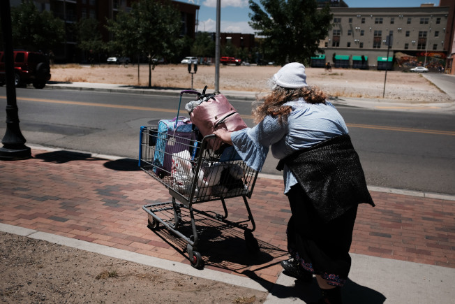 詐騙社安金的手法花樣多,有人找來遊民冒充已過世的母親,也有男子在與當局通電話時,乾脆提高噪音佯裝亡母。(Getty Images)