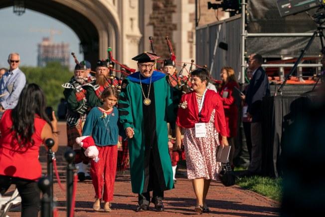 聖路易華大新任校長馬丁(圖中)宣布明年秋季開始,家庭年收入低於7萬5000元的學生,可獲全額獎學金。(盛路易華大臉書截圖)