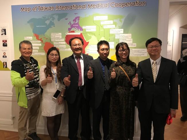 中華民國總會理事長林志隆(左三)與多名從台灣到芝加哥的代表出席了「台灣館」新展開幕,右一為駐芝台北經文處處長黃鈞耀。(特派員黃惠玲/攝影)