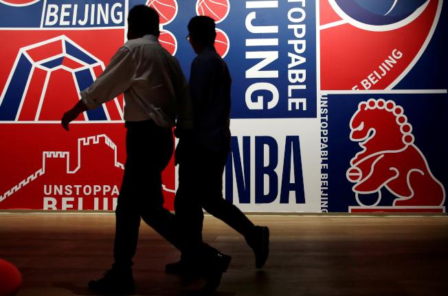 「南方四賤客」發表向中國「假道歉」聲明,還把美國職籃NBA拖下水。圖為北京推廣NBA季前賽的海報。(路透)