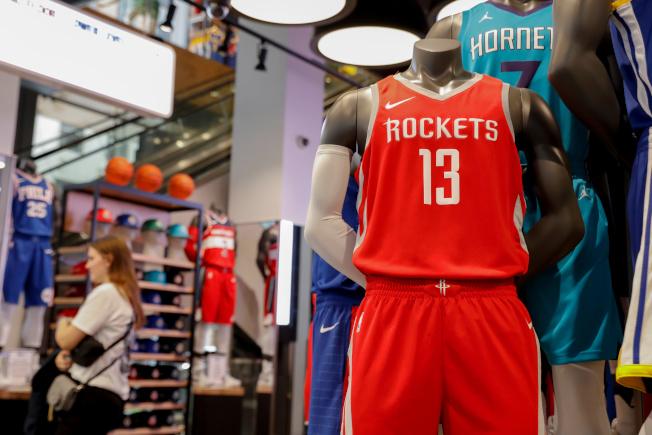 圖為紐約NBA旗艦店陳列的哈登球衣。(路透)