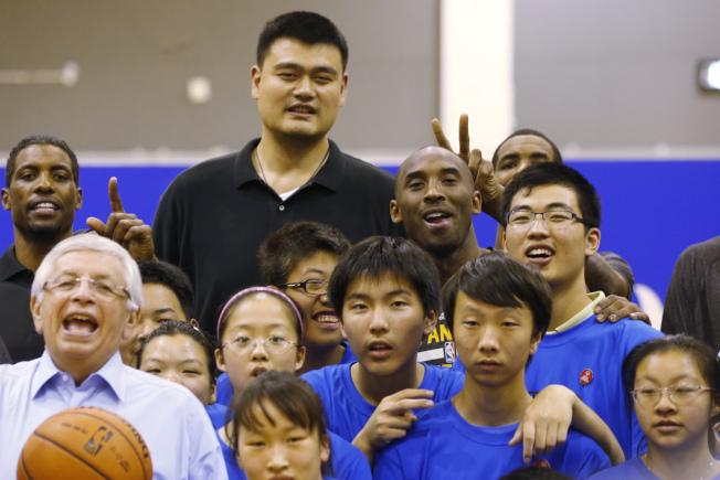 NBA火箭隊總管推文事件延燒,外界把目光放在前火箭隊球星姚明身上,看他能否協助修補NBA和中國的關係。圖為2013年姚明(中)在上海歡迎NBA球隊在中國打季前賽。(美聯社)