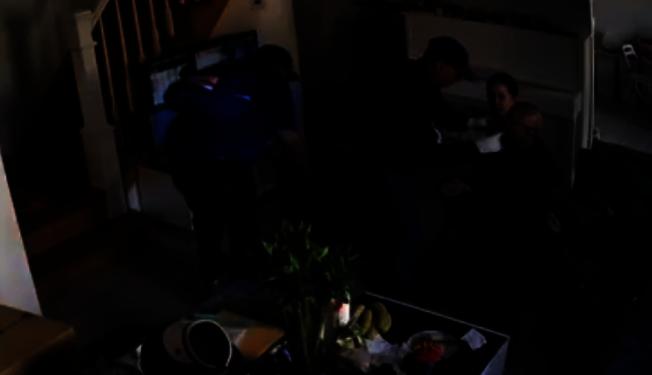 馬特奧負責捆綁受害者,另一人則拖走從二樓搬下來的保險櫃。(視頻截圖)