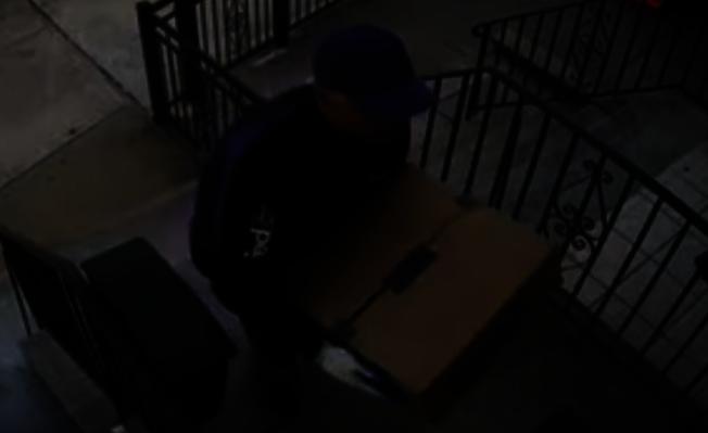 馬特奧穿著印有FedEx字樣的外套,拿著包裹敲響受害人房門。(視頻截圖)