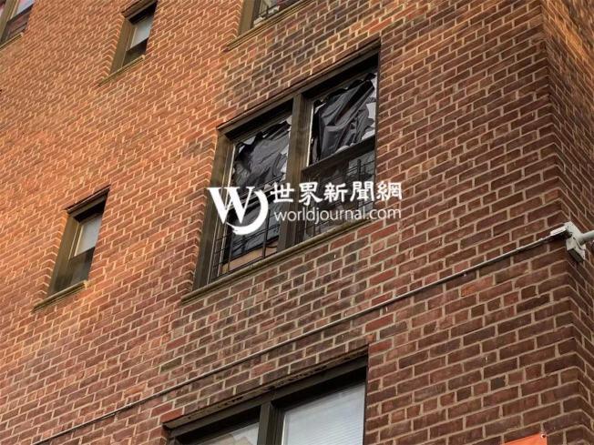 張姓女子於7日凌晨1時16分將三樓住所的家具與用品扔在街上,目前已送往醫院強制接受治療;圖為破損的窗戶。(記者牟蘭/攝影)