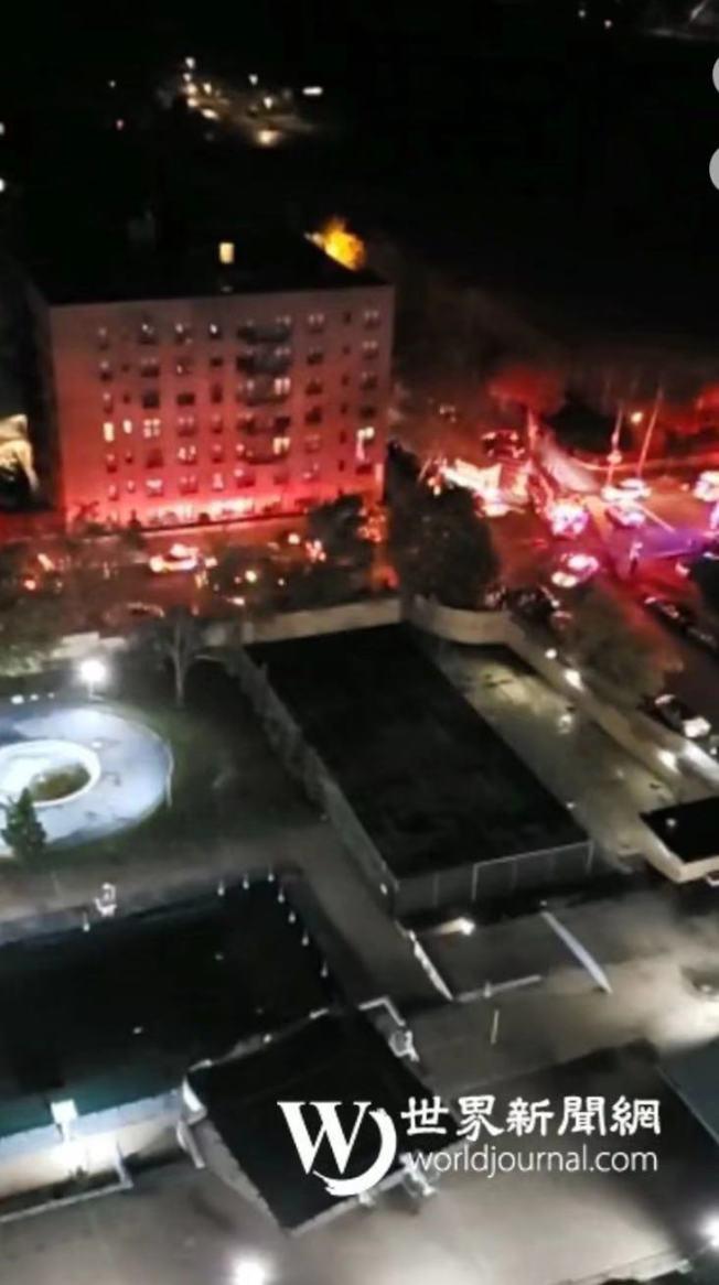 張姓女子於7日凌晨砸破自己窗戶並將大量物品扔到街上,市警出動特警隊介入調查。(截取自Citizen視頻)