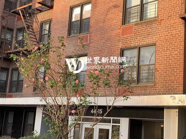 張姓女子於7日凌晨將寇登街三樓住所的家具與用品扔在街上,目前已送往醫院強制接受治療;圖為公寓樓。(記者牟蘭/攝影)