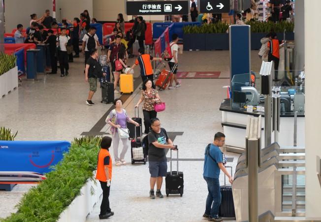 今年十一黃金周,香港高鐵站客流量大跌。(中新社)
