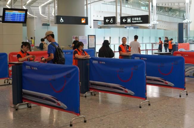 今年十一當天,香港出入境人次比去年同期減少45%。(中通社)
