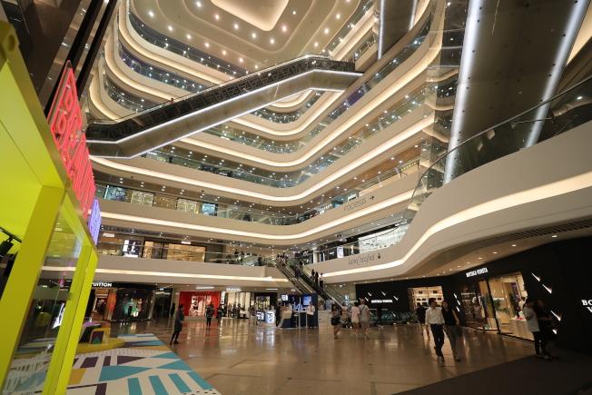 香港今年迎來「失色」的黃金周。圖為10月2日人潮稀落的銅鑼灣時代廣場。(新華社)