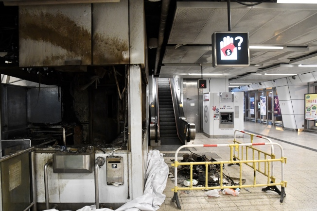 港鐵8日邀媒體視察損毀嚴重的觀塘、旺角站。觀塘站仍留有濃烈燒焦味,旺角站多處護欄及玻璃受損,地面多處有水漬。(中通社)