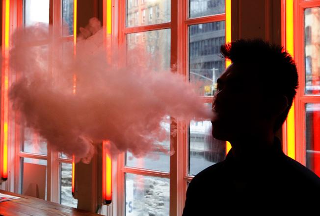 青少年使用電子菸的情況惡化,布朗士一名17歲少年成為紐約州首名因電子菸相關疾病喪生的人。(美聯社)
