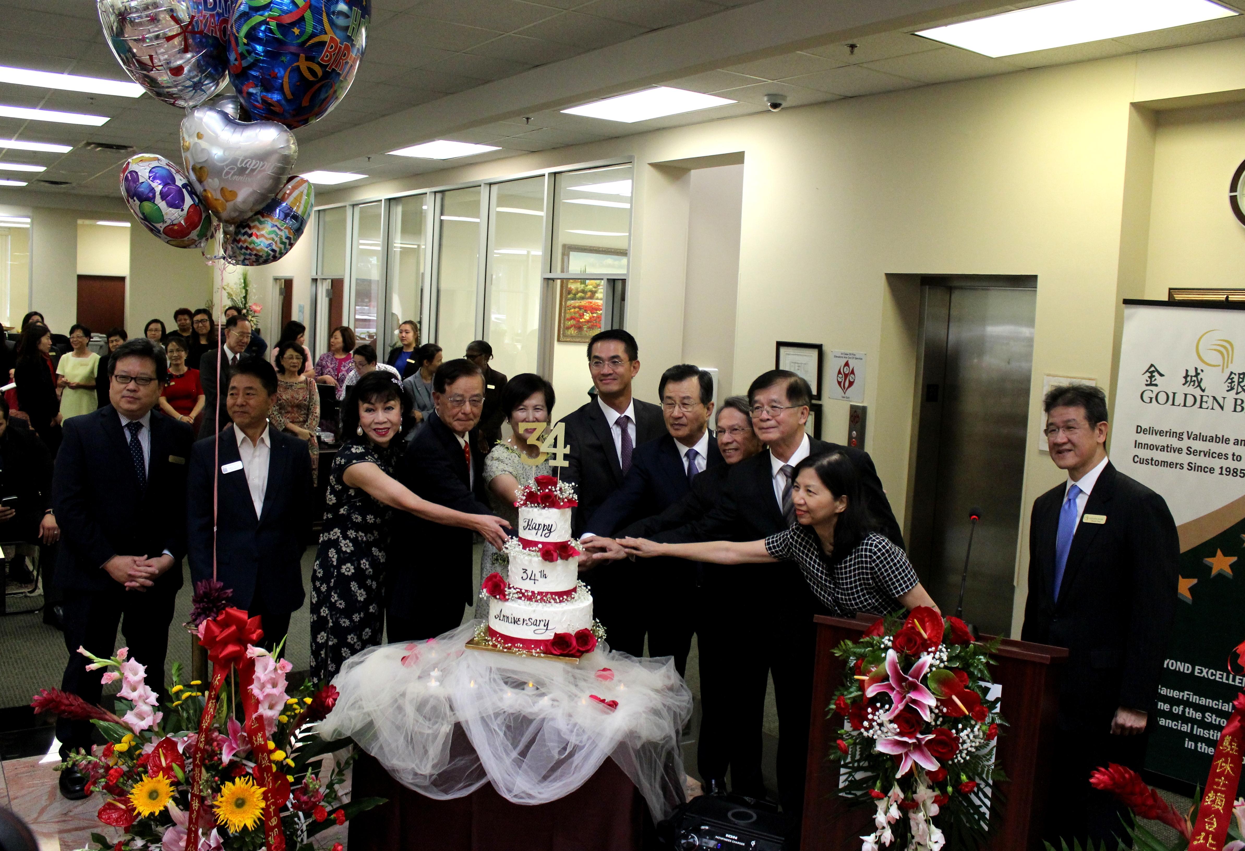 金城銀行34周年慶嘉賓和董事團隊啟動健康日及冬衣捐贈儀式。(記者盧淑君/攝影)