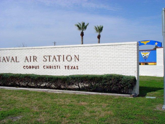 基督聖體市海軍航空站遭持槍人士開車強行闖入。(海軍航空站臉書)